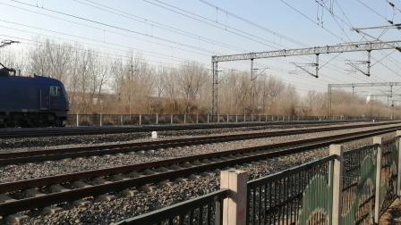 京局丰段HXD3B0060牵引货列慢速通过北京兴旺公园(在京沪线拍摄)