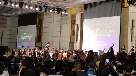 海南万宁市举办的跨年交响乐音乐晚会:中国黄河交响乐团演奏的《红色娘子军》……