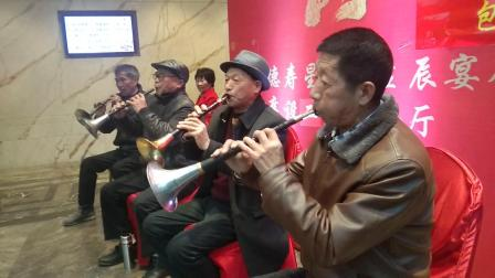 永康一民间乐队为百岁老人祝寿。