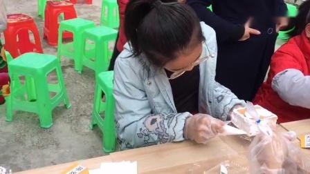 四川方言女儿学校搞活动,孩子们亲自做桃心蛋糕