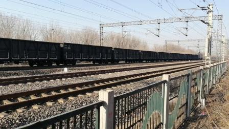 京局丰段HXD2B0476牵引货列慢速通过北京兴旺公园(在京沪线拍摄)