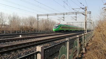 绿巨人CR200J动集列车慢速通过北京兴旺公园(在京沪线拍摄)