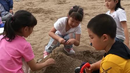 张函睿和小朋友江边挖沙子