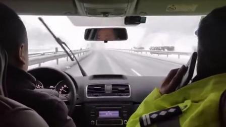 一起来感受三门峡的大雪[喵喵]。目前,三门峡高速支队正在进行雨雪天气高速公路保通工作。