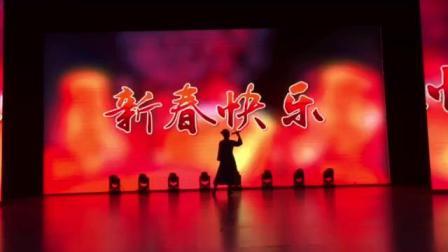 歌伴舞《嫩水鱼歌》原唱:富雪~伴舞富裕县老干部艺术团。