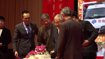 黑龙江中德骨科医院2020年会70岁老人与院长进行切蛋糕仪式