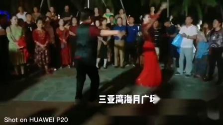 三亚湾海月广场 奥力老师和尼格尔老师精彩新疆舞