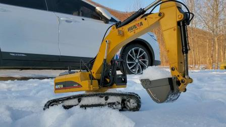 乔治用挖掘机挖雪堆雪人