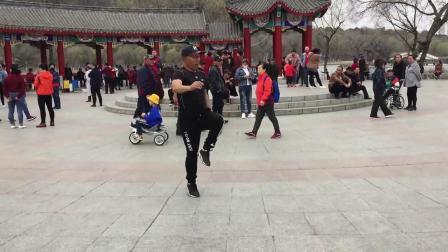 广场舞鬼步舞入门教学《恭喜发财新年到》花球舞加上鬼步舞表演教学