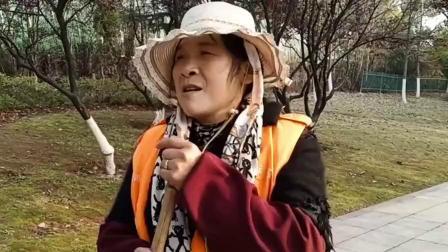 62岁环卫阿姨唱歌吸引3千粉丝:一下班就涂口红换上高跟鞋