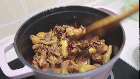 年夜饭宴客大菜,小鸡炖蘑菇!鸡肉跟蘑菇一直是非常好的搭配,粉条跟蘑菇比鸡肉还好吃~汤汁拌饭也是一绝!   @鲜城