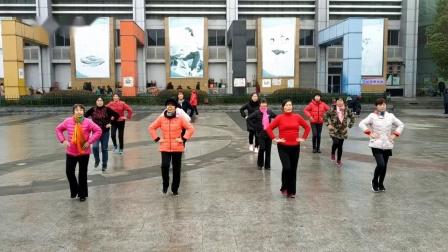 快乐健身舞蹈队表演《救在身边》