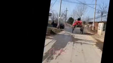 西安市临潼区何寨街道的党员干部自制消毒车,哇!!!好炫酷!!!它来了,它来了,它带着消毒液走来了!我们在行动!!!@全真道士梁兴扬 @...