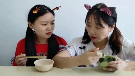 闺蜜恶作剧不给饭就吃碗筷嘎嘣咬断还说香趣味零食好搞笑