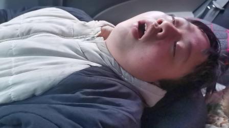 湖南靖州平茶小伙彭茂灿在吴高泽的车上睡觉打呼噜!