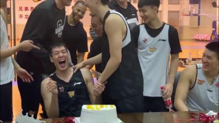 CBA辣报 19/20赛季 广东队球员补过生日惨遭蛋糕糊脸,蛋糕:我可能会迟到但永远不会缺席