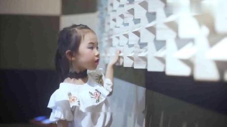 5岁萌娃童雅路演唱《远走高飞》有梦就要去追.