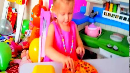 萝莉玩切水果玩具妈妈教她学习水果英文单词