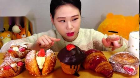 韩国吃播卡弗朗西斯卡-草莓面包,糕点,松脆面包,牛角包