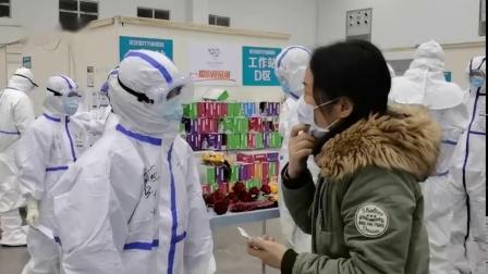 """【 风雪战""""疫""""人:放心,我们在】2月15日,武汉小雨转中到大雪,武汉客厅方舱医院里的17名患者康复出院。这个好消息给风雪中的武汉带来的温暖..."""