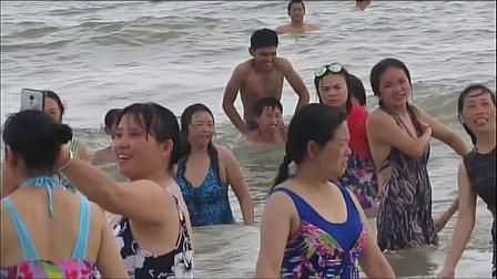 海滩风景总是如画  他们笑得好开心