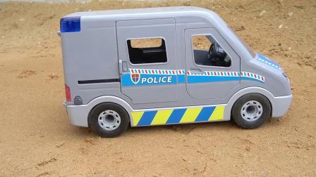 小朋友动手组装救护车,玩具过家家