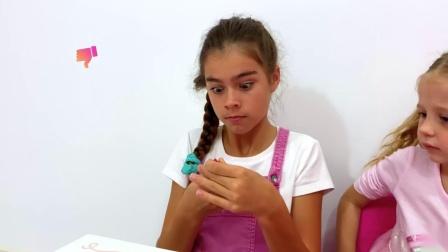 娜斯佳和斯泰西正在玩儿童化妆品玩具,比赛化妆啦,太好玩了