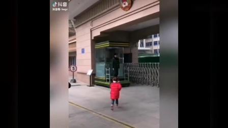 中国小朋友向解放军敬礼视频在油管上火了