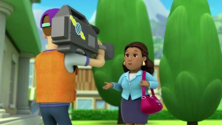 汪汪队灰灰看错了书包,还被市长给拽倒了,这下尴尬了