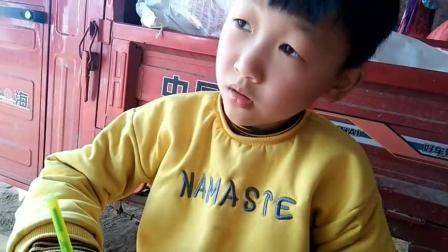 河南3月1日后开学,两个小学生忙着写作业,为开学做准备