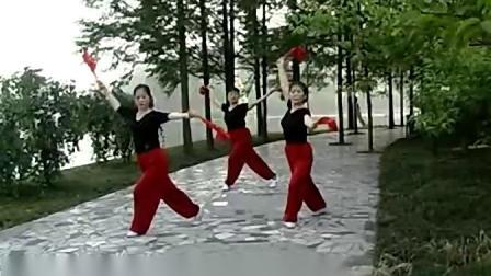 老年大学学员习练 双扇舞(天地人)