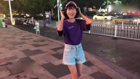 00后紫衣小美女街头疯狂跳鬼步舞,这曼妙的舞姿,成功吸引路人围