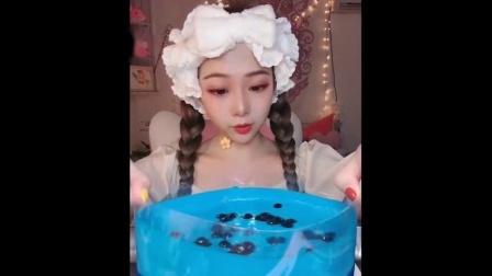 零零后小姐姐直播吃蓝莓爆浆蛋糕,看着就过瘾,是我向往的生活