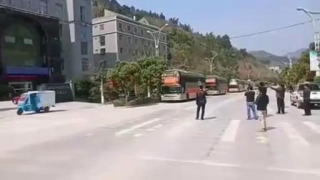 西林县人社局组织的外出务工人员集体去广东打工