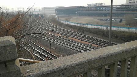由上海开往南宁的K1556/K1557次列车晚点通过马鞍山跃进桥即将停靠马鞍山站