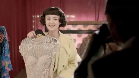 乱世:美女去歌厅上班,试衣服听见镜子后面有声音,砸开一看吓懵.mp4
