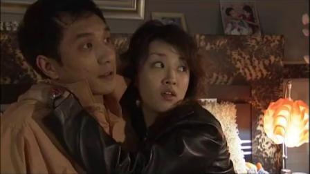 小夫妻晚上回到房间,两人柔情四溢,姑娘甜蜜索吻.mp4