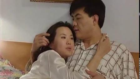 小夫妻晚上在家休息,两人柔情四溢,妻子献上甜蜜热吻.mp4