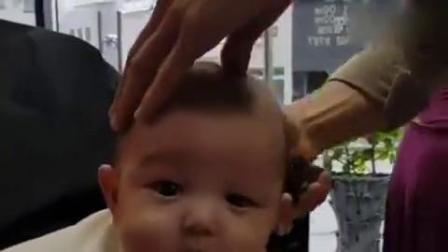 给5个月的小宝宝剃光头宝宝呆萌的表情把心都萌化了mp4