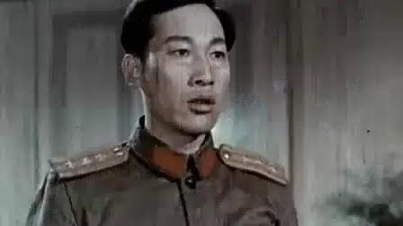 老电影《英雄岛》,解放军与敌人进行激烈战斗,女民兵救大炮受伤.mp4