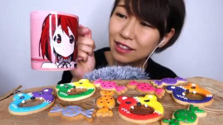 外国吃播:美女吃小熊玻璃糖饼干 糖果糖霜饼干,食音咀嚼音.mp4