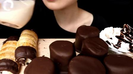 外国吃播:妹子吃巧克力棉花糖 奶油面包卷,食音咀嚼音.mp4