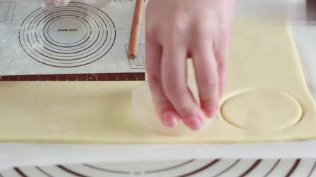榴莲酥,自制千层酥皮;榴莲+酥皮等于必须吃啊,酥到掉渣儿.mp4