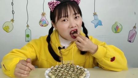"""美食拆箱:小姐姐吃""""大头娃娃布丁巧克力糖果"""",微苦回甜,超赞.mp4"""