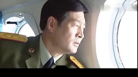 DA师某解放军首长乘坐直升飞机实地观摩军队火力对抗演习。.mp4