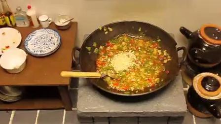 迷你小厨房做饭小视频,自制双椒酱,做了一份铁板鸭肠.mp4