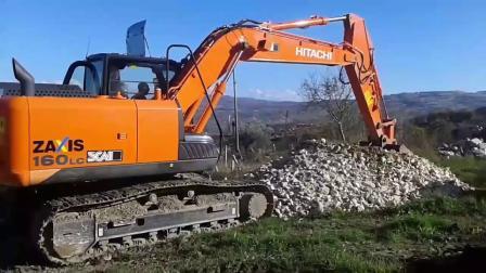 日立Zaxis 160LC 挖掘机在装载卡车
