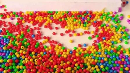 学习颜色与超级翅膀玩具和运动沙-彩色珠球~1.mp4