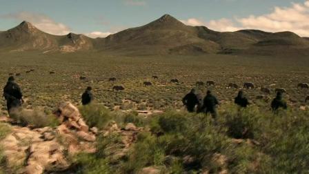 """喜剧电影,兄弟躲在大象的肚子里逃避追杀,却遇上大象的""""群攻"""".mp4"""
