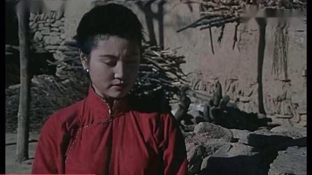 1990年国产电影《浴血疆城》精彩片段:凤丫(陈怡饰)受众人关注.mp4